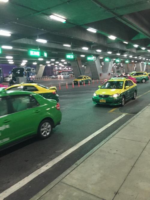 空港からホテルまではタクシーで向かいます。<br />番号チケットを取って並びます。<br />本当にちゃんとしててビックリです汗