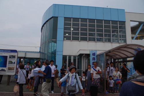 踊り場は全部で7か所あり、踊り手は順繰りに7か所の踊り場を廻っていきます。港の脇の砂浜がメイン会場で、観光客でにぎわいます。<br /><br />
