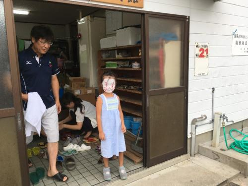 キツネの化粧をした女の子。お母さんが姫島の人で、お母さんと一緒に帰省したそうです。