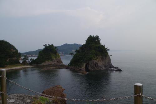 海に浮かぶ、夫婦岩<br /><br /><br />時間がまだあるので、観音崎に行ってきました。ここは姫島の七不思議のひとつで、黒曜石でできています。急な坂を登っていくと、目の前に夫婦石が海の中に立っています。