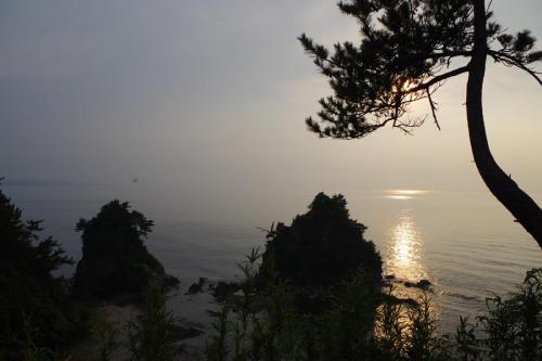 ここからの景色は最高です。もう少し時間が後ならきれいな夕日が見られるのですが、盆踊りの時間が迫っているので戻ることにしました。