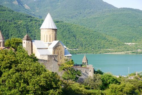 さらに進むと見えてきたのが, アナヌリ教会!<br />湖のすぐそばに建っています!!