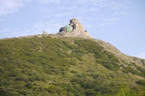 さらにムツヘタに戻ってきて、丘の上に見えるのがジュヴァリ聖堂!<br />ここ車で行けますが, 大回りしなくてはいけなく意外と行くの時間が掛かります.<br />