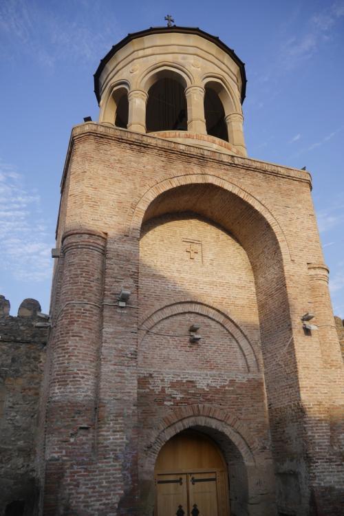 それではスヴェティ・ツホヴェリ大聖堂に行ってみました!<br />これは大聖堂の門!!