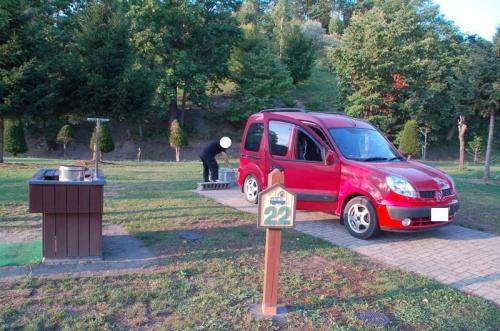 電源付き、炊事場付きのサイトを利用する。オートキャンプ場なので、カングーを横付けできる。まずはカングーを停めて、荷物を下した。