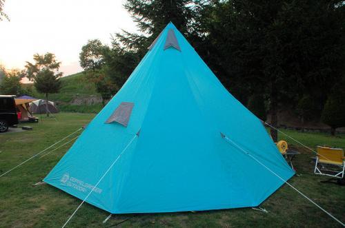 暗くならないうちにテントを張った。今回、使用するのは、少し大きめのテント。