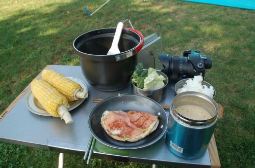 手前はインスタントのお味噌汁。これが私たちの朝食。
