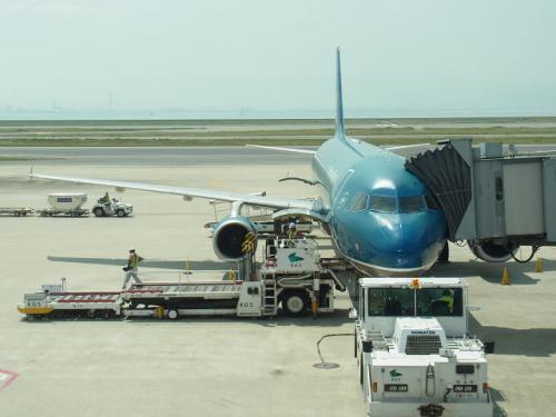【1日目】<br />こちらが今回乗るベトナム航空(VN331)<br />ハノイ線は、ホーチミン線より小型です。<br />今回出国までに、かなりの時間がかかりました。<br />関西空港の利用者は昨年よりも増えているかも。<br />