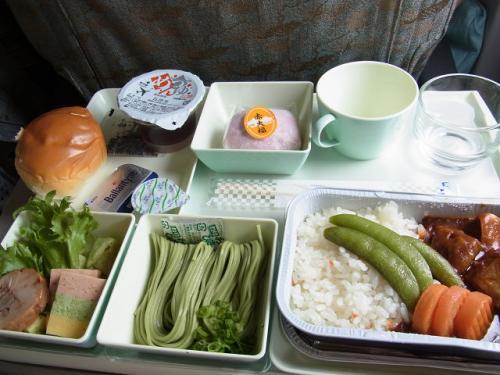 和食にはいつものごとく、大きな大福がデザートとして入っています。<br />リクエストとしてはもう少し小さい物か他のものが、いいですね。