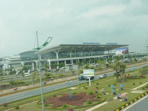 こちらが国際空港。<br />以前の空港は国内線になってます。<br />国内線まではバス移動。荷物は預けたままでOKです。