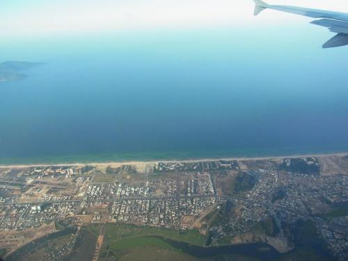 ハノイ(VN7161)→ダナン<br />国内線でハノイから約2時間。<br />ダナンの町が見えてきました。<br />