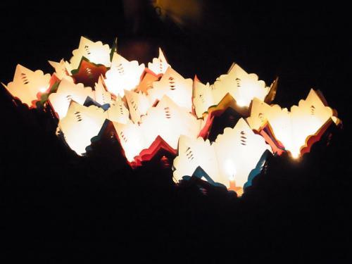 トゥボン川に浮かぶ灯篭。きれいです。<br />女の子たちが、この灯篭を売りにきます。