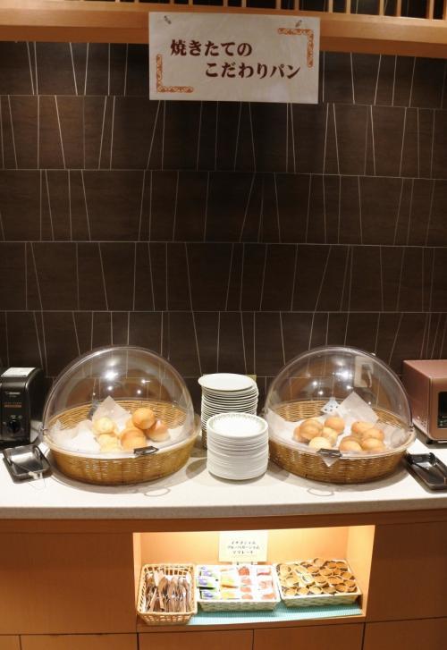 焼きたてのこだわりパン。<br />2種類しかないので、朝食ブッフェはパン派の私としては、もう少し種類があればと思う。