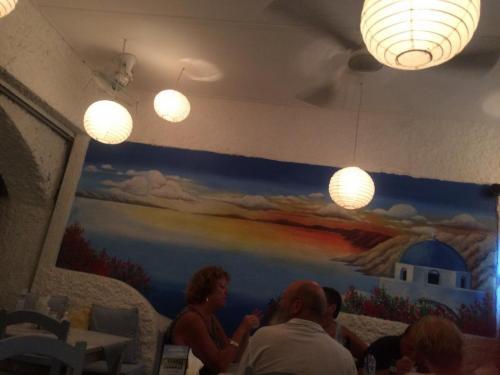 この日はぶらぶら歩いて、にぎわっているお店に入ってみました。<br />ギリシャ料理のお店