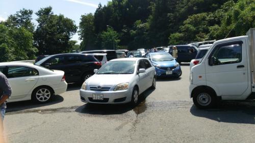 駐車待ちの車