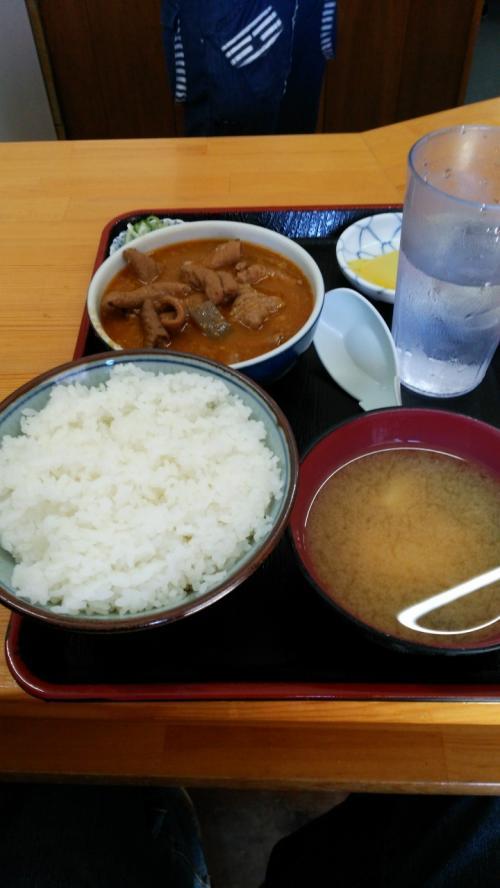 席に座り1分せず登場・・・<br /><br />ご飯丼ぶりすりきりいっぱいで少な目だと・・・食べきれるか不安になるが・・・<br /><br />もつ煮が美味しすぎてご飯が足りなくなるぱぱ・・・<br /><br />暑さでバテタ奥さん・・・食べきれないとのことで半分奪うぱぱ・・・<br /><br />それでも足りず・・・自分の食欲にビックリ・・・奥さんもビックリ・・・<br /><br />後ろ髪引かれる思いで待ってる人の為に店を出る・・・<br /><br />久しぶりに美味しい食事に満足(^^♪<br /><br />一人前590円とコスパもいい、また行きたいと思えるお店でした。