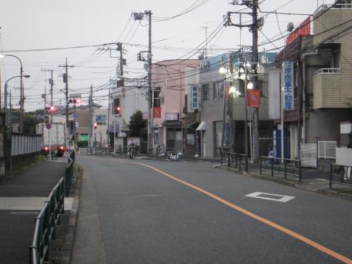 早朝の千川通りを歩きます。