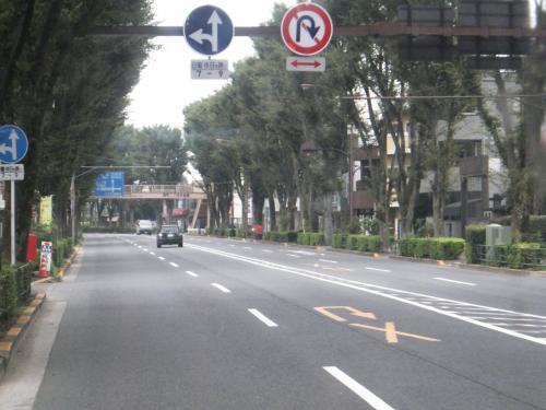 青梅街道は都内西部の幹線道路であり、道幅も広いです。