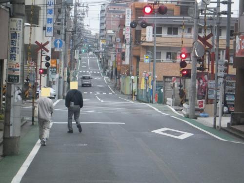 関町康申通りをしばらく走行すると西武新宿線の踏切が見えてきました。