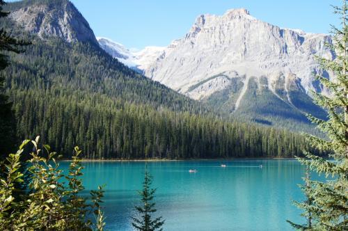 2泊目はエメラルドレイクロッジ。その名の通り湖はエメラルド色です。