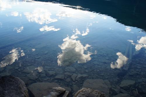 水は澄んでいて空が映っていました。