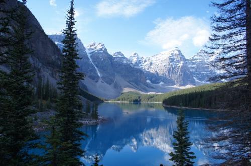 朝のモレーン湖。山々が湖面に映って綺麗です。