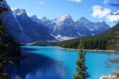 昼のモレーン湖。湖面の色が朝とは全く違います!
