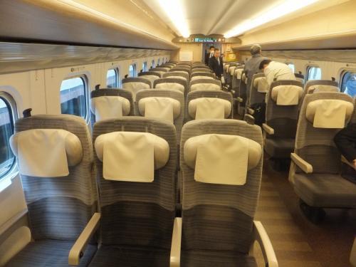 ちなみに座席はこんな感じ。普通車でレッドレストがついているのはなかなか豪華。