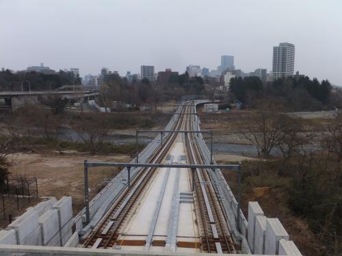 駅からは広瀬川を渡る地下鉄の橋が見えます。