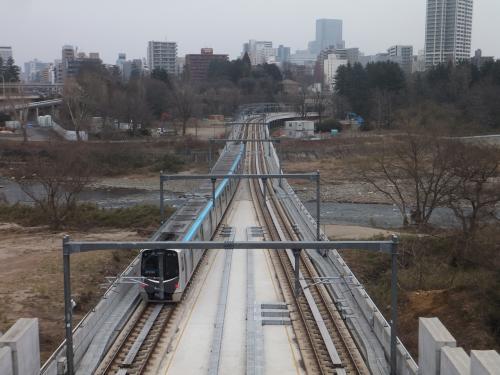 架線の鉄骨がちょっと邪魔ですが反対方面の地下鉄も。