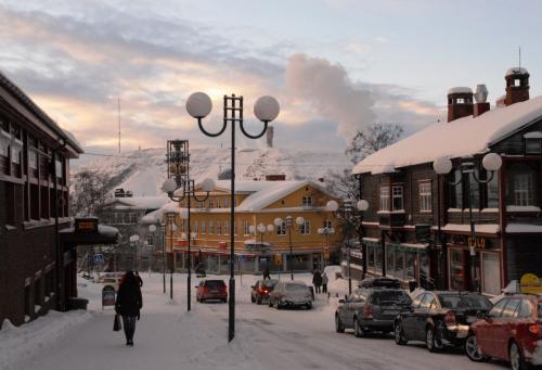 キルナの街<br />キルナは北緯 67度 51分、冬は Polar Night(極夜:現地では Kaamos カーモスと呼ばれる。)が 2ヶ月半もの間続く。極夜の期間は太陽が昇らず日中でも薄明りの状態となる。極夜の時期はオーロラを最も綺麗に見ることができる。<br />
