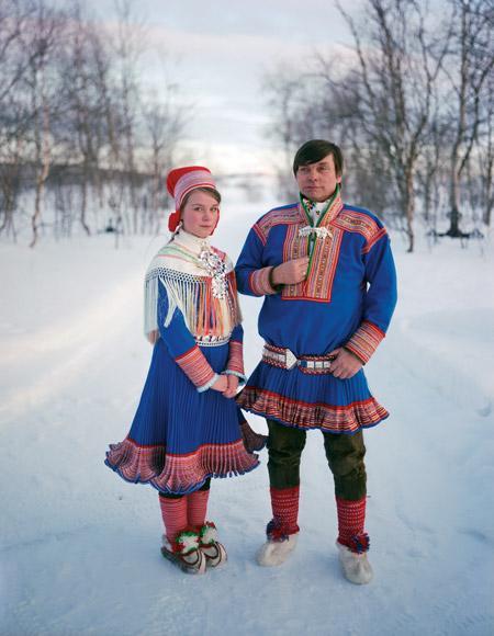 サーミ人のカップル<br />サーミ人は Kolt(コルト)と呼ばれる上着を着る。女性の手作りが多い。