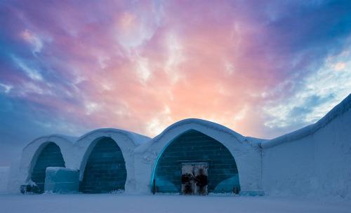 キルナから東に 16km のところに Jukkasjarvi(ユッカスイェルヴィ)という地区があり、そこは氷と雪で作られた ICEHOTEL(アイスホテル)で知られている。<br /><br />