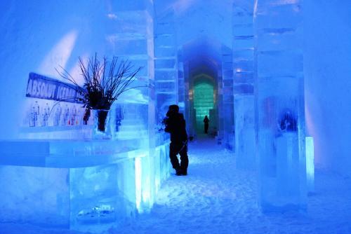 ICEHOTEL(バー)<br />凍ったトルネ川から氷を切り出し毎年新しく建てられる。