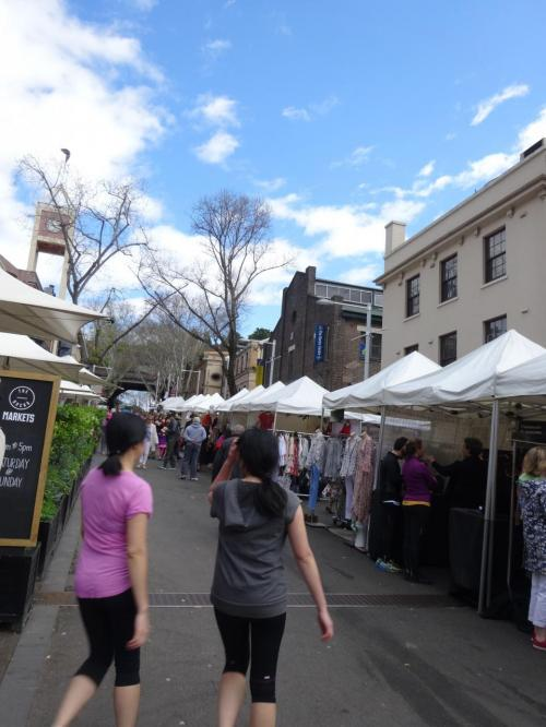 ハーバーブリッジの方へ道なりに歩いていくとマーケットの入り口に着きました<br />洋服やアクセサリーや屋台飯的なお店がいっぱい