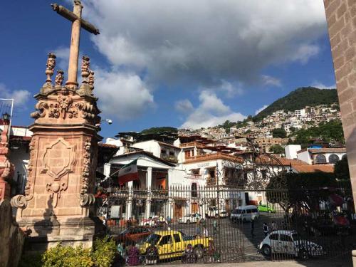 タスコの町は、メキシコシティーから南東へ3時間ほど走った山間に突然開けて存在しています。<br /><br />1524年にオールド・タスコという町で鉱脈が発見されてから、1743年の大鉱脈発見で一大銀産業の町として発展をしました。<br /><br />この町の中心にそびえる教会は、18世紀に大鉱脈を発見したフランス人鉱夫ボルヘがその当時得た巨万の富で建設したという個人が建てた教会です。<br /><br />