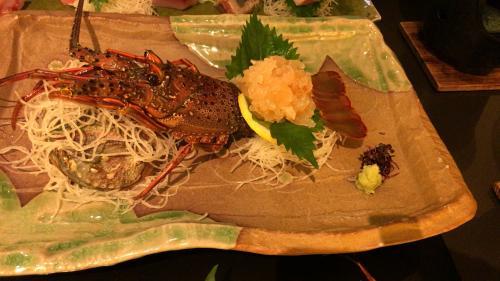 ホテルの夕食。<br />とっても美味しかった。<br />いわしの刺身が脂がのっていてめちゃめちゃ新鮮。<br />伊勢海老もぴちぴち動いていないけど<br />大阪の某専門店より美味しい。<br />大大大満足の夕食でした。<br />