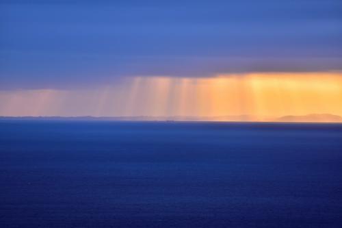 早朝に富士山の朝焼けを見ようと思ったが<br />星が見えていないのでこれは富士山は見えないだろうと断念。<br />部屋から朝焼けを見ていました。<br />空は雲り。<br />海の向こうに千葉の南房総市かな?が見えます