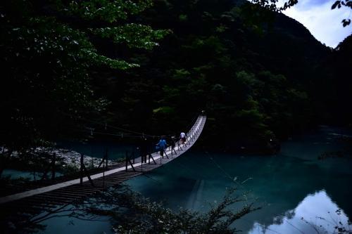 どんどん陽が暮れて暗く・・・<br />橋も揺れるし写真撮影はちょっと難しい。<br />明るいレンズ持ってくるべきだった・・・<br />そして私達が渡った時は周りは真っ暗。<br />一方通行と書いてあったので戻るに戻れず<br />懐中電灯無しではとても怖い階段を上がり<br />夜の暗い道を遠回りして帰り引き返した方が良かったと後悔しました。<br />前の若者よ。遠回りさせてしまってごめんなさい。懐中電灯照らしてくださり有難う。<br /><br />そして新東名へ向かいました。帰りは対向も1台位会っただけで<br />それにライトで解りスムーズに帰れました。<br />しかし遅い時間だったので新東名手前の橋が渡れず、1号線まで走り新東名へ乗り<br />帰宅しました。<br />関西に到着したのは0時過ぎでした。<br /><br />本当はもっと行きたい場所があったのですがトーマスで時間を取られてしまいました。(^-^;