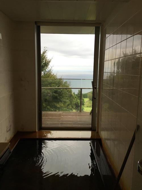 半露天風呂。広いしめっちゃ景色最高。その上かけ流し。<br />大満足。