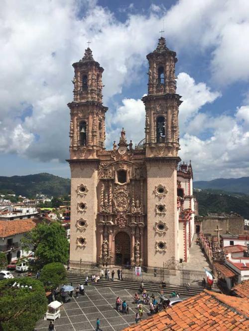 タスコのランドマーク的存在「サンタブリスカ教区教会」<br /><br />街のどこからでも見えるので、自分が今どこらあたりにいるのかが分かります。1751年から当時の金額で170万ペソの私財を投じて建設された高さ40mの教会です。<br /><br />