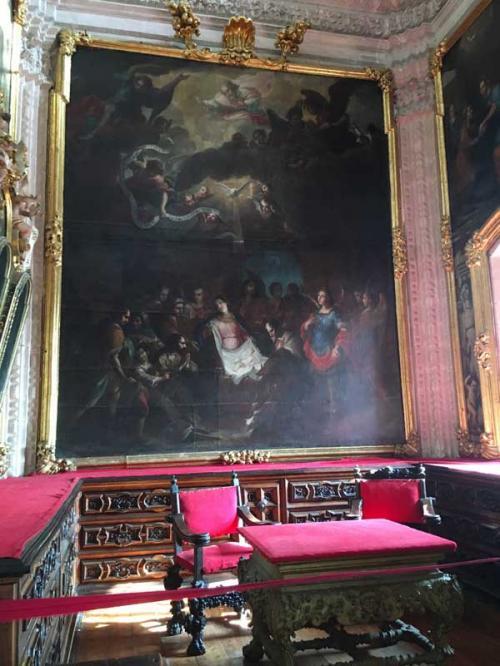 壁画は、当時スペインでもっとも「イケイケ」だった宗教画家<ファンガブレラの作品が並びます。<br /><br />「神はボルダに富を与え、ボルダは神にこれを捧ぐ」という信条の下、銀山王ボルダは、その富を惜しみなくこの教会と町の発展に注ぎ込んだと言いいます。<br />