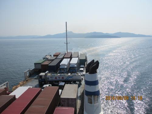 こんなに沢山の荷物やコンテナが<br /><br />乗っているなんて、不思議。<br /><br />船の浮力をなめていた。