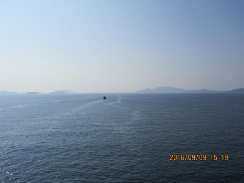 島が見えてきた。<br /><br />瀬戸内海って穏やかねー。