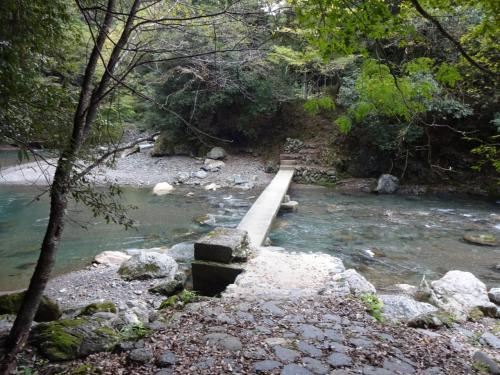 この石橋を渡れば川沿いの休憩所。人に会えるだろうか…