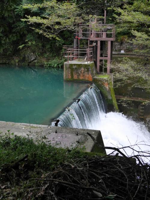 小さなダムがある。いよいよこのあたりから舗装道路がなくなる。川沿いの景色も雄大なものに変わっていく。
