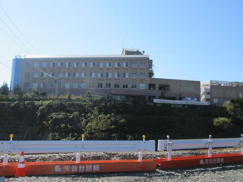 女川町地域医療センターです。<br />高台にあるのだけど、<br />東日本大震災の津波が1Fまで<br />きたんだって。<br />