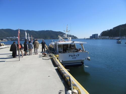 これから金華山に向かいます。<br />離島なので船で向かいます。<br />駅からシーパルピア女川をまっすぐ<br />進み海に突き当ったら右に3分ぐらいの桟橋から出るよ。<br />日曜日のみ運航。<br />11時発だけど、この日は10時半の臨時便も出たらしい。<br />