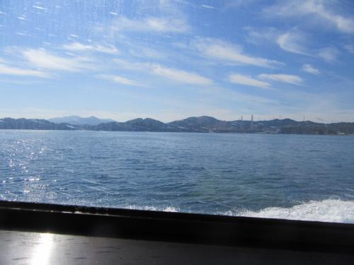 牡鹿半島を右手に見ながら船は進みます。<br />けっこう速い。<br />わかりにくいけど、女川原子力発電所が見える。<br />
