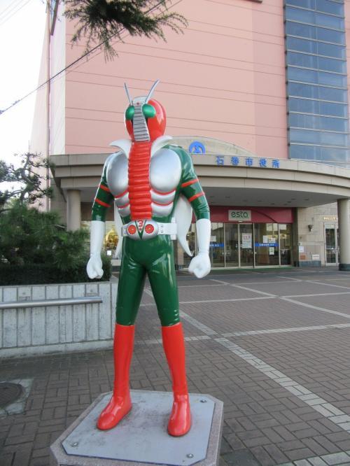 仮面ライダーのオブジェ。<br />石巻市役所の近くにあるよ。<br />市役所は駅前のエスタという大型ショッピングセンターに<br />併設されているみたい。